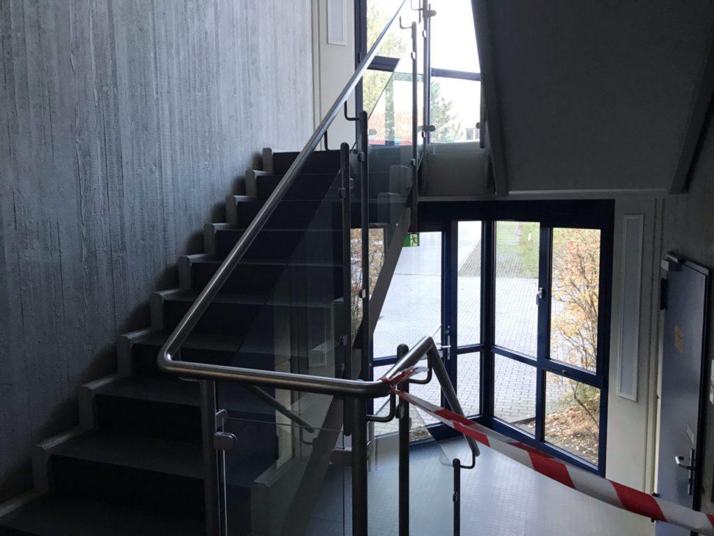 Das Treppenhaus zu den Umkleiden. Auf der Laufstrecke noch mit Matratzen ausgestattet ;)